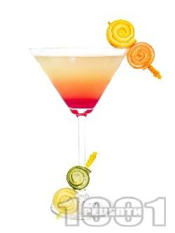 Коктейл Тропическо Мартини (Tropical Martini) с джин, гренадин и сокове от лимон, грейпфрут и портокал - снимка на рецептата